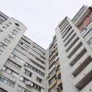 Дивна поведінка і надписи на стіні квартири: в Івано-Франківську чоловік вистрибнув з вікна багатоповерхівки (фото)