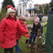 У Калуші молодь з особливими потребами садила дерева