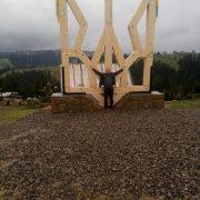 У Карпатах встановили найбільший в Україні дерев'яний тризуб