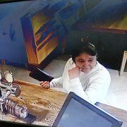 Прикарпатці просять впізнати жінку, яку звинувачують в крадіжці сумки з грошима (фото)