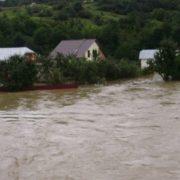 Загроза підтоплення: прикарпатці терміново укріплюють береги річок. У горах можливі селеві потоки