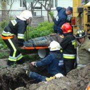 Рятувальники врятували франківця, якого засипало землею у траншеї