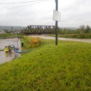 На Прикарпатті сильні дощі наробили шкоди: підтоплено будинки, пошкоджено міст (фото)