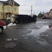 На Прикарпатті перекинулась вантажівка, що везла пальне (ВІДЕО)