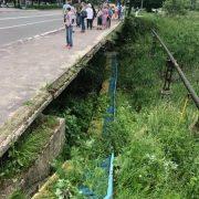Стало відомо про стан маленької прикарпатки, яка впала з моста разом із перилами