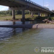 На Прикарпатті п'яна жінка ледь не вистрибнула з мосту