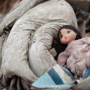 """""""Прямо біля під'їзду"""": жінка виявила тіло маленької дитини в сміттєвому контейнері"""