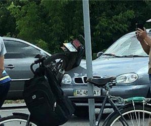 Дитина злетіла на асфальт: легковик збив мотоцикліста з донькою (фото)