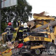 Смертельна аварія забрала життя однієї особи, ще 3 – у лікарні (моторошні фото)