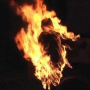 Посварилися: чоловік підпалив молоду жінку (відео)