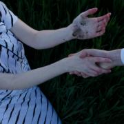 Закрив рота рукою і затягнув у гущавину: Невідомий зґвалтував дитину