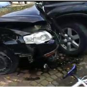 ДТП на Рожнятівщині:Passat протаранив припаркований біля магазину Nissan (ВІДЕО)