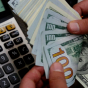 Якщо долар по 24 – не межа: Аналітики розповіли, коли треба купувати валюту