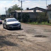 Місячна поверхня: як журналіст проїхався розбитою дорогою в Болехові (ВІДЕО)