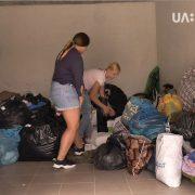 """У Франківську благодійний фонд """"Небайдужі"""" збирає одяг для нужденних"""