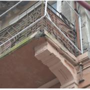 У Франківську балкони продовжують трусити старістю на голови перехожих