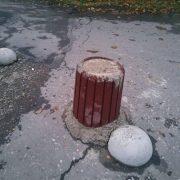 Калушани залили бетон у сміттєві урни і перекрити ними проїзд. ФОТО