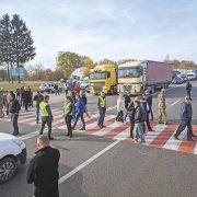 Дитина випала із переповненої маршрутки і загинула: українці виходять на протест