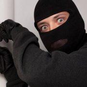 У Калуші злодій вночі намагався вкраси жіночі сумки з магазину (ФОТО)