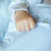 Не хотіли переоформлювати документи: Лікарі поклали живе немовля у холодильну камеру. Батьки були зовсім поряд