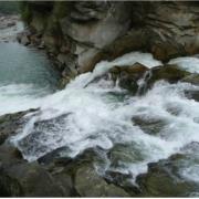 На Прикарпатті чоловік намагався звести рахунки з життям, стрибнувши у водоспад
