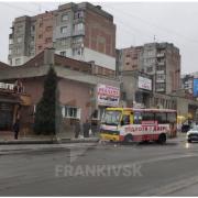 В Івано-Франківську маршрутка знесла електроопору (ВІДЕО)