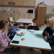 На Снятинщині мати залишила без нагляду трьох дітей