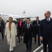У молочному пальті і з чоловіком: стильна Олена Зеленська в Естонії