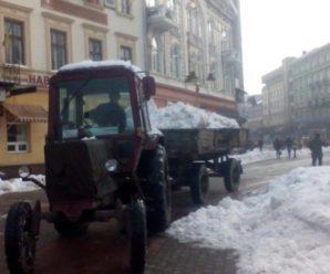 У Франківську комунальники цілодобово чергують – виглядають снігу