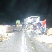 Пасажирський автобус зіткнувся із вантажівкою та легковиком: є загиблі та багато постраждалих (фото)