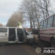 На дорозі Тернопіль-Івано-Франківськ зіткнулися автобус і легківка: є потерпілі (ФОТО)