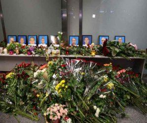 """Нарешті вдома! В """"Борисполі"""" прощаються із загиблими пасажирами Боїнга. Сльози на очах"""