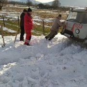 Нерозчищена дорога: на Долинщині авто швидкої застрягло у снігу (ФОТО)
