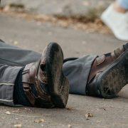 У Калуші чоловік упав на дорозі й помер — очевидці не змогли надати першу допомогу