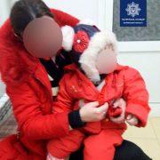 Горе-мати залишила дитину у візочку на вулиці, а сама пиячила зі співмешканцем (фото,відео)