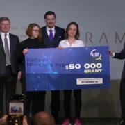 Зеленський вручив франківці Наталії Найді сертифікат на $50 000 для розвитку бізнесу