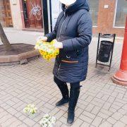 У Франківську на жінку склали протокол за торгівлю первоцвітом: рослини вилучили (ФОТО)