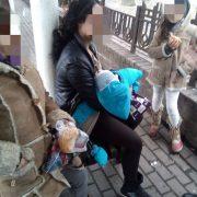 У Франківську затримали ромок, які жебракували з малюком і маленькою дівчинкою