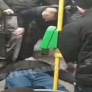 Чоловік вбив молодого хлопця прямо в тролейбусі, поки очевидці знімали на телефон (відео 18+)