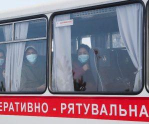 З медзакладу «Нові Санжари» вивезли персонал — з евакуйованими залишаться медики, які були на літаку