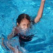 Прийшла поплавати: На Франківщині працівники басейну врятували життя 11-річній дівчинці