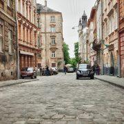 У Львові з понеділка закривають усі заклади торгівлі. Офіційно зранку