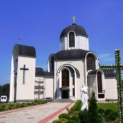У Брошневі-Осаді священник на Великдень причастив десятки людей. ВІДЕО