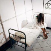 Малечу кладуть поруч з дорослими: у якому стані Івано-Франківська психлікарня. ВІДЕО