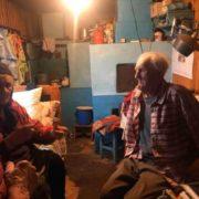 У прикарпатському селі донька вигнала своїх стареньких батьків доживати віку у стайні: фото та відео