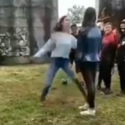 """""""Давай, добивай її!"""": 14-річна дівчина по-звірячому побила молодшу школярку через хлопця (відео 18+)"""