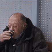 Висадили з автівки та покинули – в Мукачеві на автобусній зупинці кілька днів живе старий без пам'яті