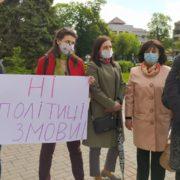 В Івано-Франківську медики обласної дитячої лікарні вийшли на протест (фото +відео)