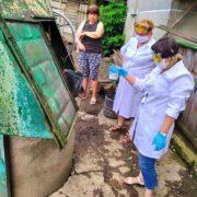 На Франківщині працівники лабораторного центру дезінфікують криниці