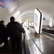 У метро парочка влаштувала гарячі розваги: серйозно порушили дистанцію (відео)